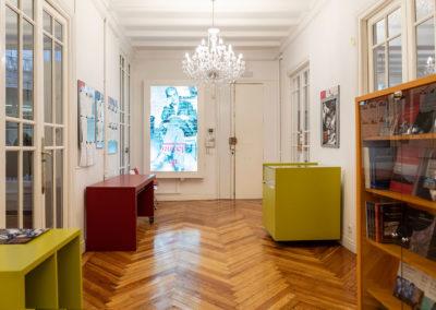 Zona de bienvenida y librería. ELP Madrid